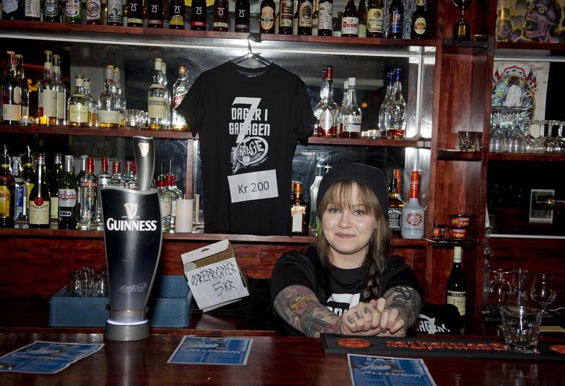 Christel Østerbøe bak baren i kjelleren på Garage. Foto: Helge Skodvin.
