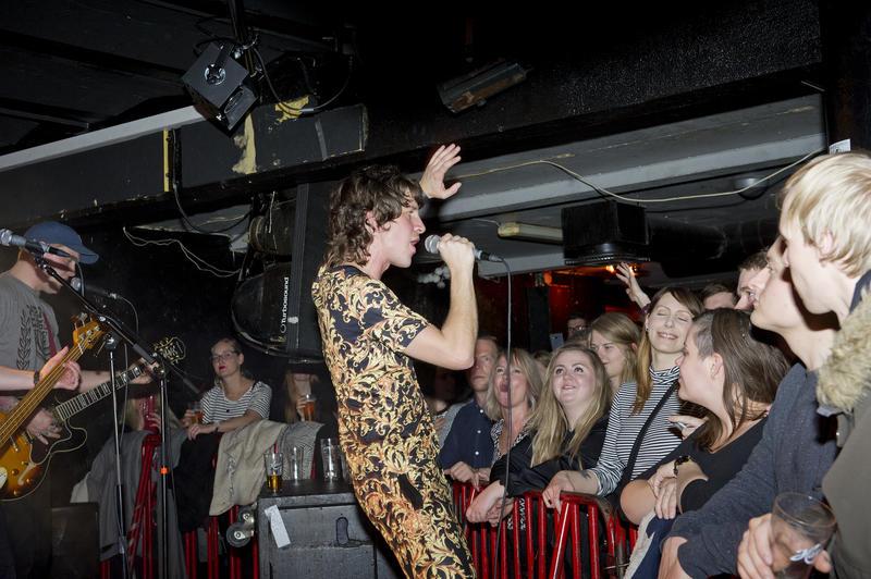 Frontfigur i Hjerteslag, Robert Eidevik, hadde publikum i sin hule hånd gjennom hele konserten. Foto: Helge Skodvin.
