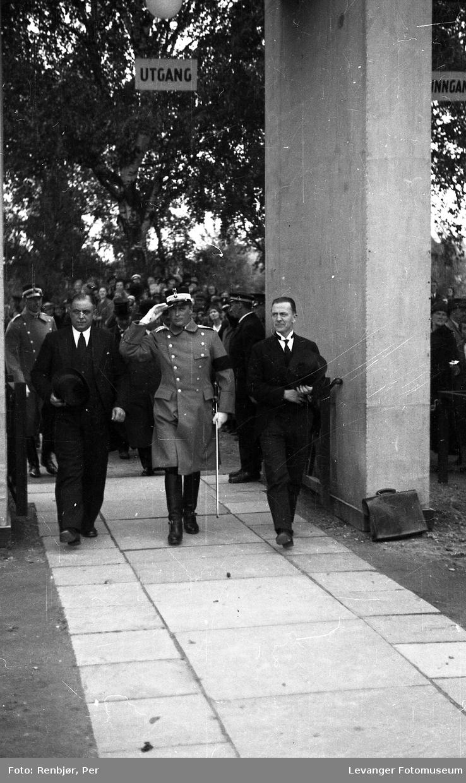 Kronprins Olav på besøk i Levanger under byjubileet i 193, her på messeområdet
