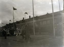 Kung Gustav V har just ankommit till Kalmar och har klivit a