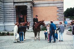 Ridende politi ved Nationaltheatret.