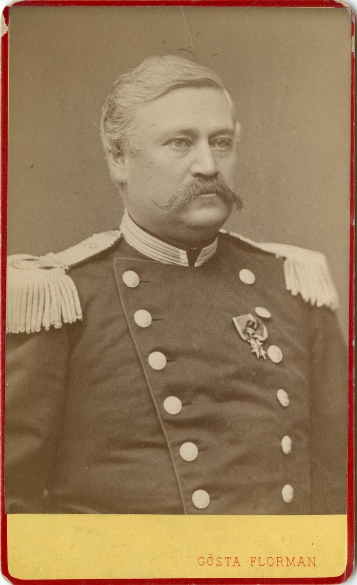 Porträtt av greve Gustaf Harald Spens, överste vid Andra livgrenadjärregementet I 5.  Se även bild AMA.0001915 och AMA.0001954.