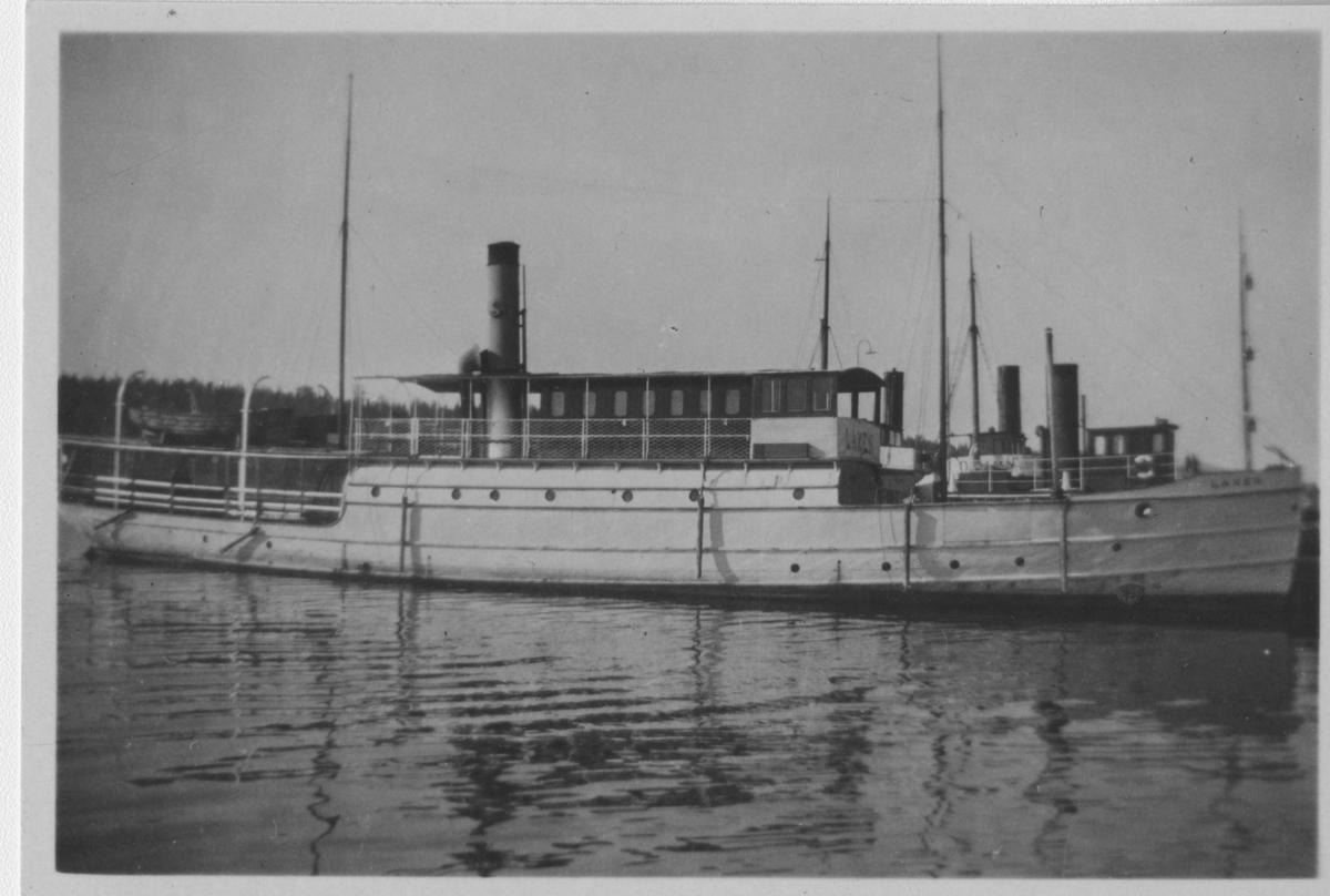 Laxen ute till sjöss. På bildens baksida finns Bernt Fogelbergs anteckningar om båten, se bild nr 3 bland postens bilder.