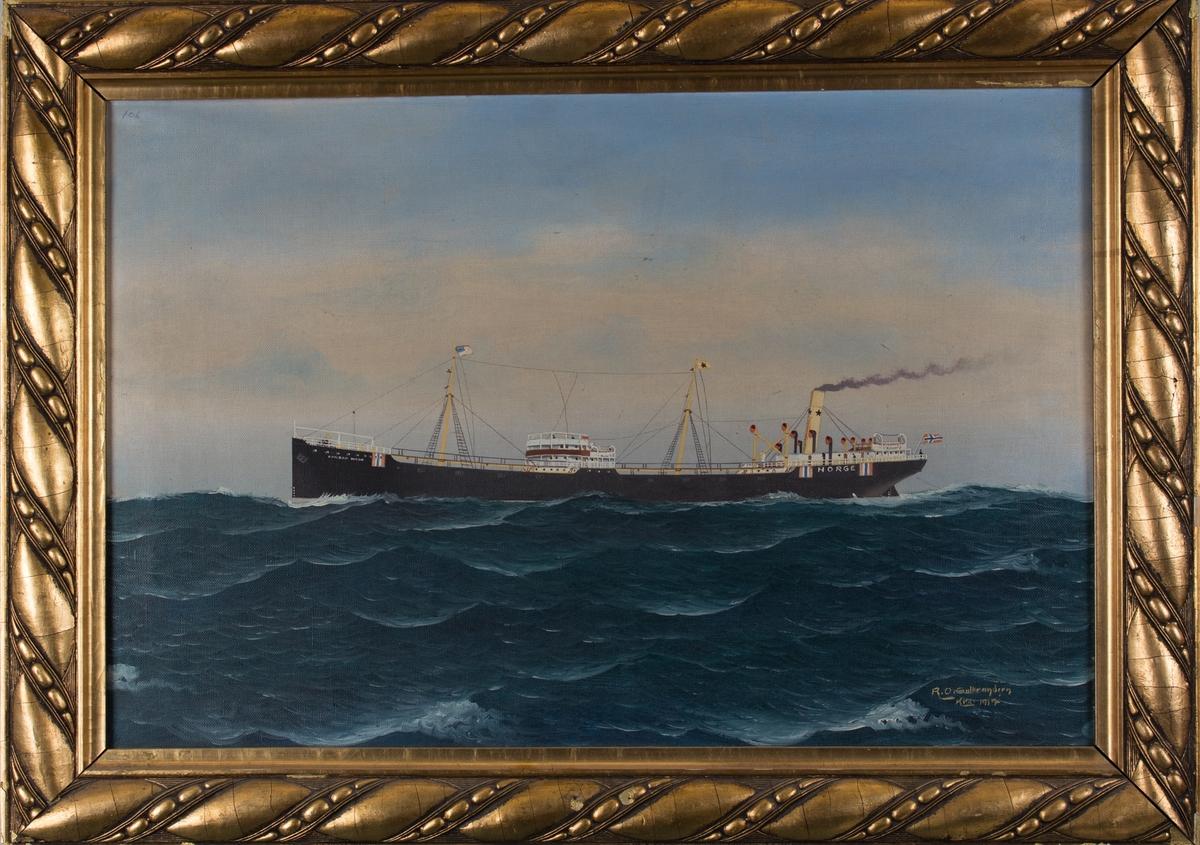 Skipsportrett av damptankeren CONRAD MOHR under fart i åpen sjø. Fører norsk flagg akter samt nøytralitetsmerke på skuteside.
