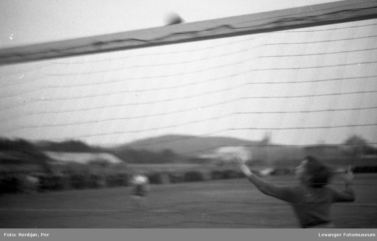 Tidlig kvinneforball, målvakta fanger ballen fra Sanitetens opptog.