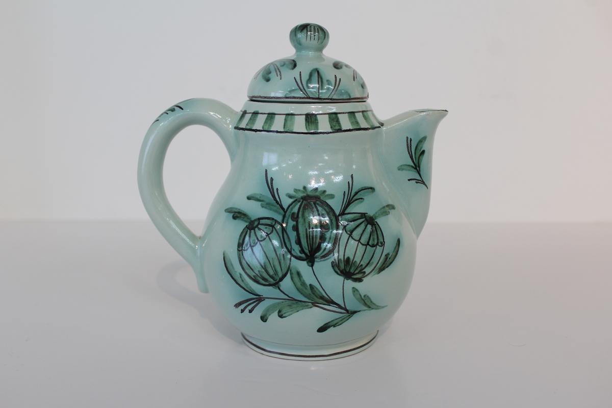 Kaffekanna med lock, Bo Fajans, design Allan Ebeling. Grön fruktdekor mot blågrön tennglasyr.