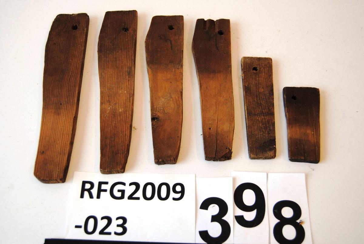 Brukssted: loftsgang, i RFG2009-023-396. Form: smalere i enden, hol i øvre kant. Fire av dem er nummerte fra 1-4.
