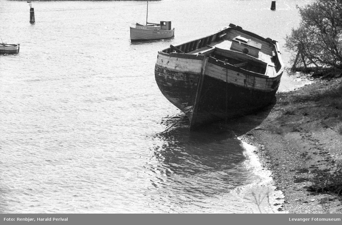 Levangersundet, båt ved sjøen.