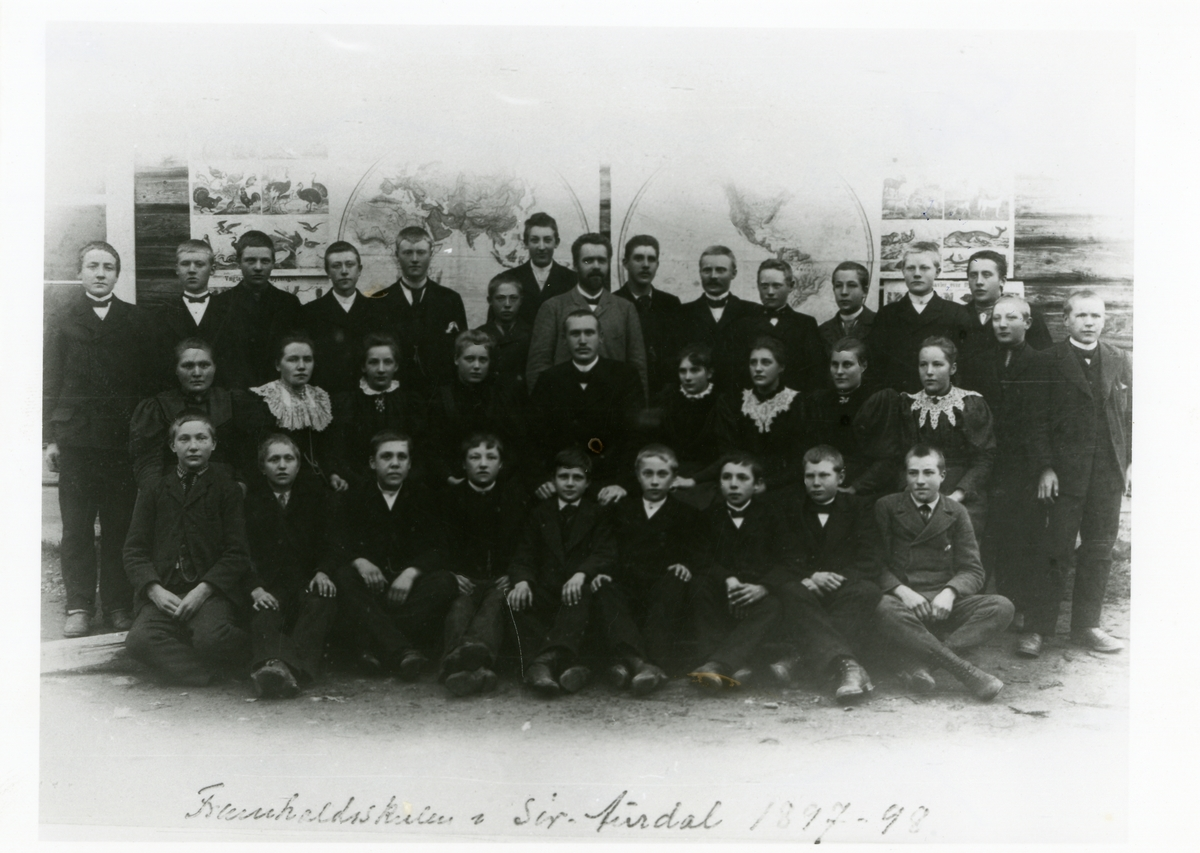 Sør-Aurdal framhaldsskule, 1897-98. Midt på biletet er lærar Olaus Islandsmoen og Ole Thorsrud.