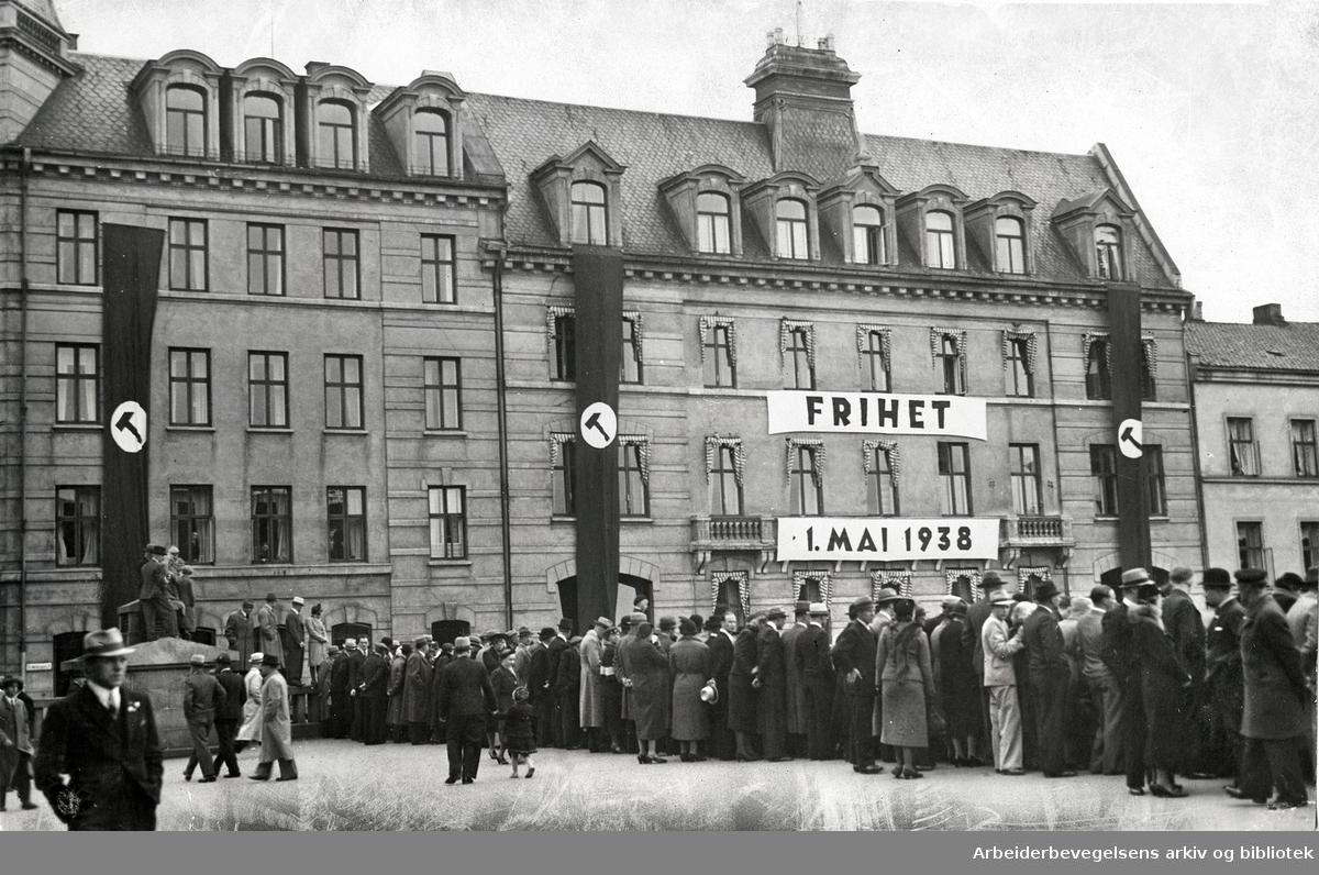 1. mai 1938, demonstrasjon på Youngstorget. Gamle Folkets hus i bakgrunnen.
