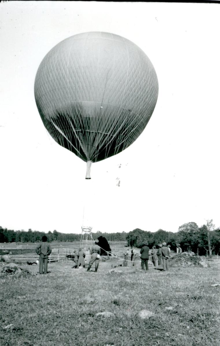 Kulballong m/1930 efter landning. Namn se notering.