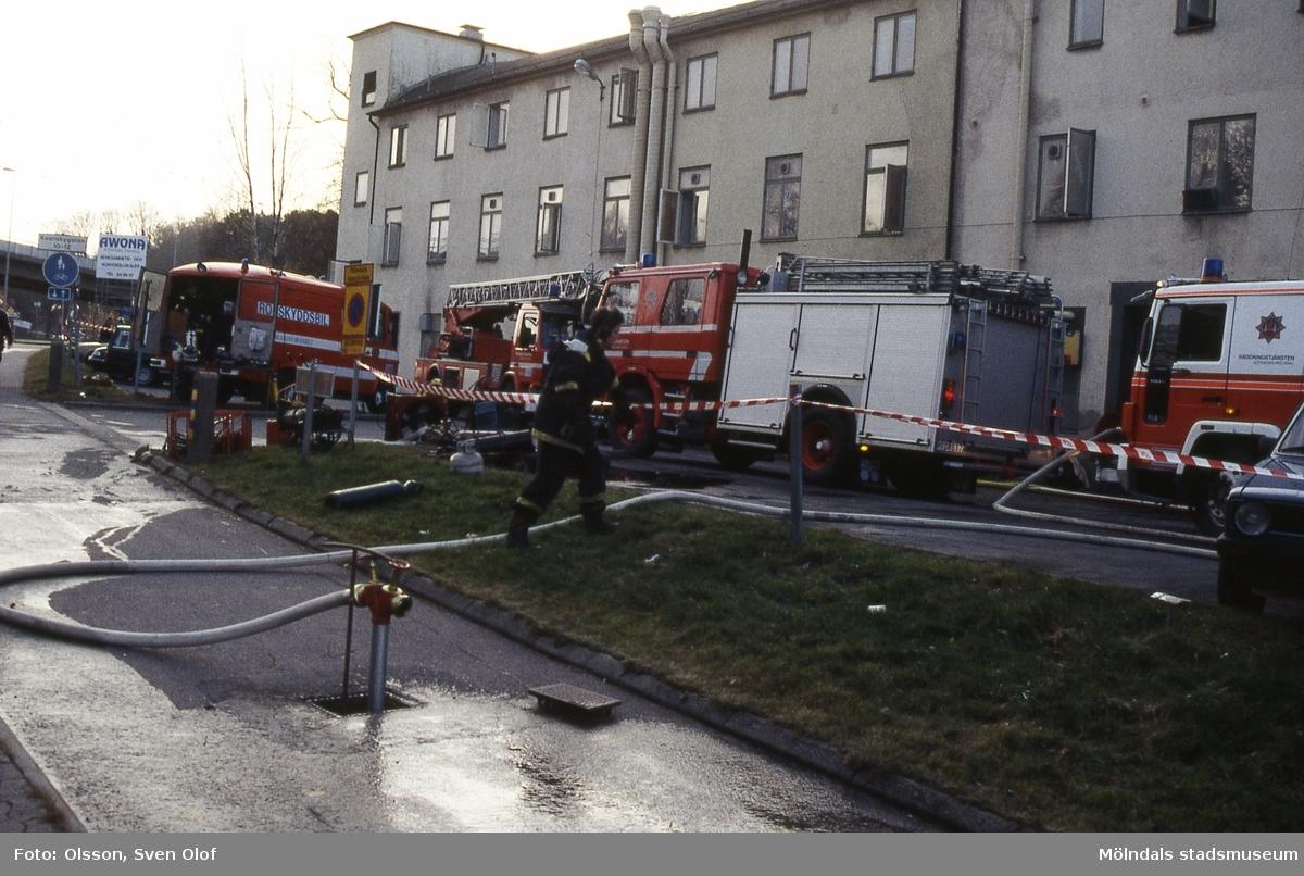 """Brandkåren har ryckt ut till brand i """"Strumpan"""" (Viktor Samuelsons fabrik), Kvarnbygatan 12-14 i Mölndal den 15/11 1993."""