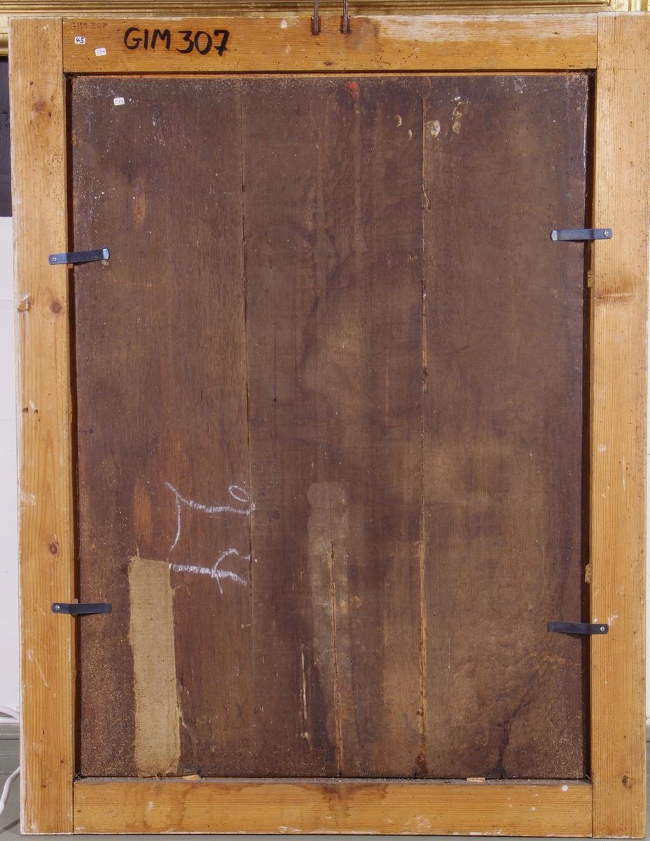 Skogsinteriør. Maria Magdalena (i gult, grått og blått, lyst hår), kneler med en bok i venstre arm som hviler på en forhøyning i terrenget. Nederst en bekk eller elv. Til høyre nedenfra: rosebusk(?), hodeskalle, pokal med lokk (salvekrukken) og kors. Grå himmel unntagen øvre høyre hjørnet. Opplyst (gul) himmel med 3 engler og blåkledt figur.
