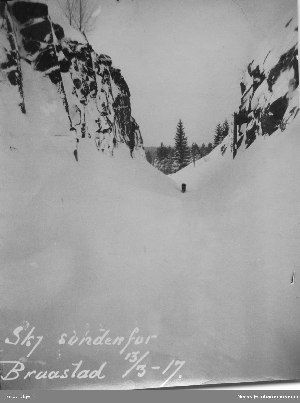 En nedsnødd Treungenbane ved km 4,8, skjæringen sør for Bråstad, mars 1917