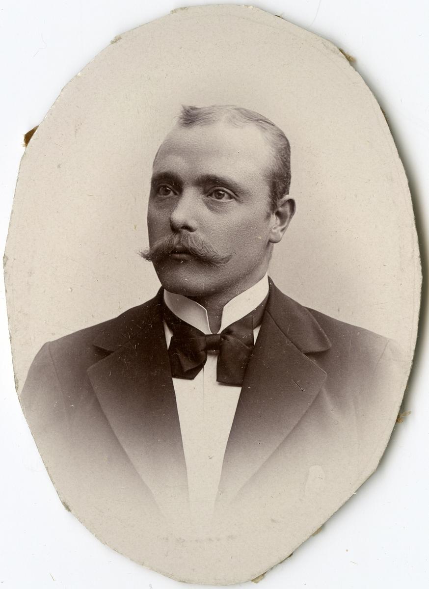 Porträtt av G.F. Flodin vid Stockholms Tyg-, ammunitions- och gevärsförråd.