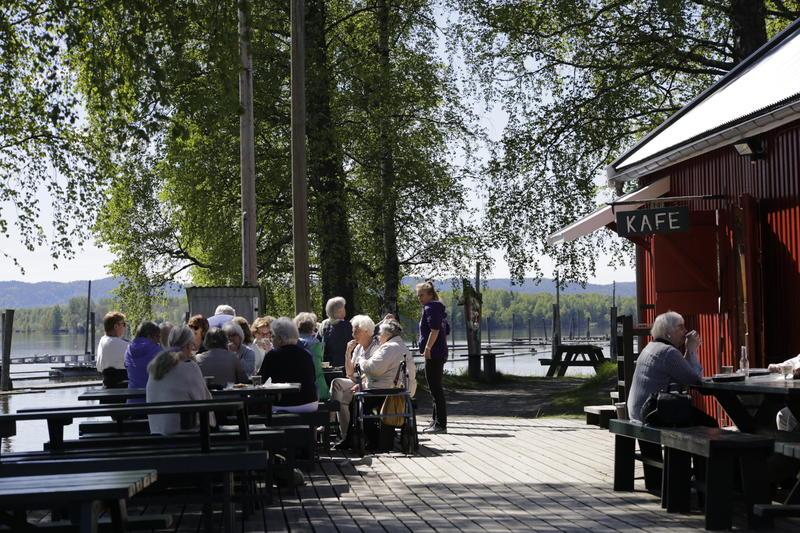 Flott kafeområde ved Glomma. Foto: Fetsund lenser