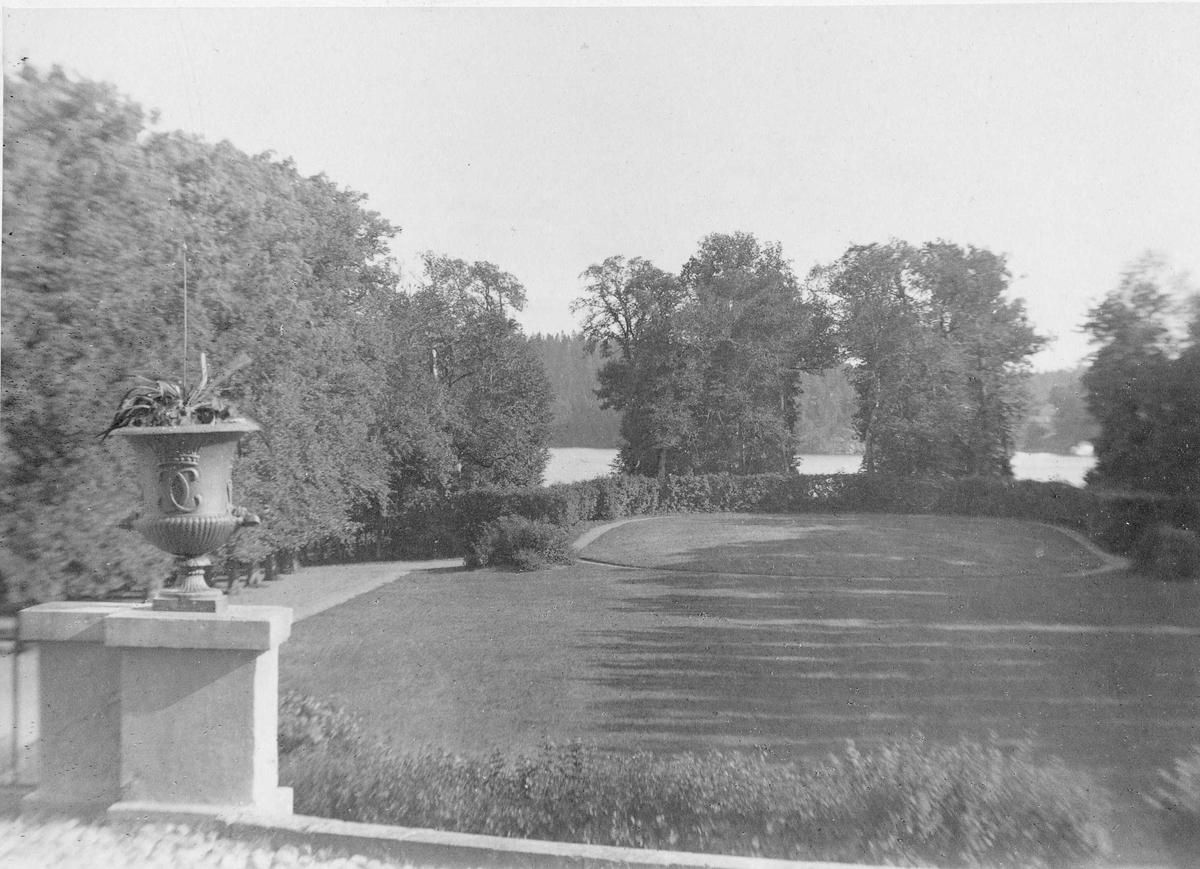Rosersbergs slott, parken sedd från slottet.