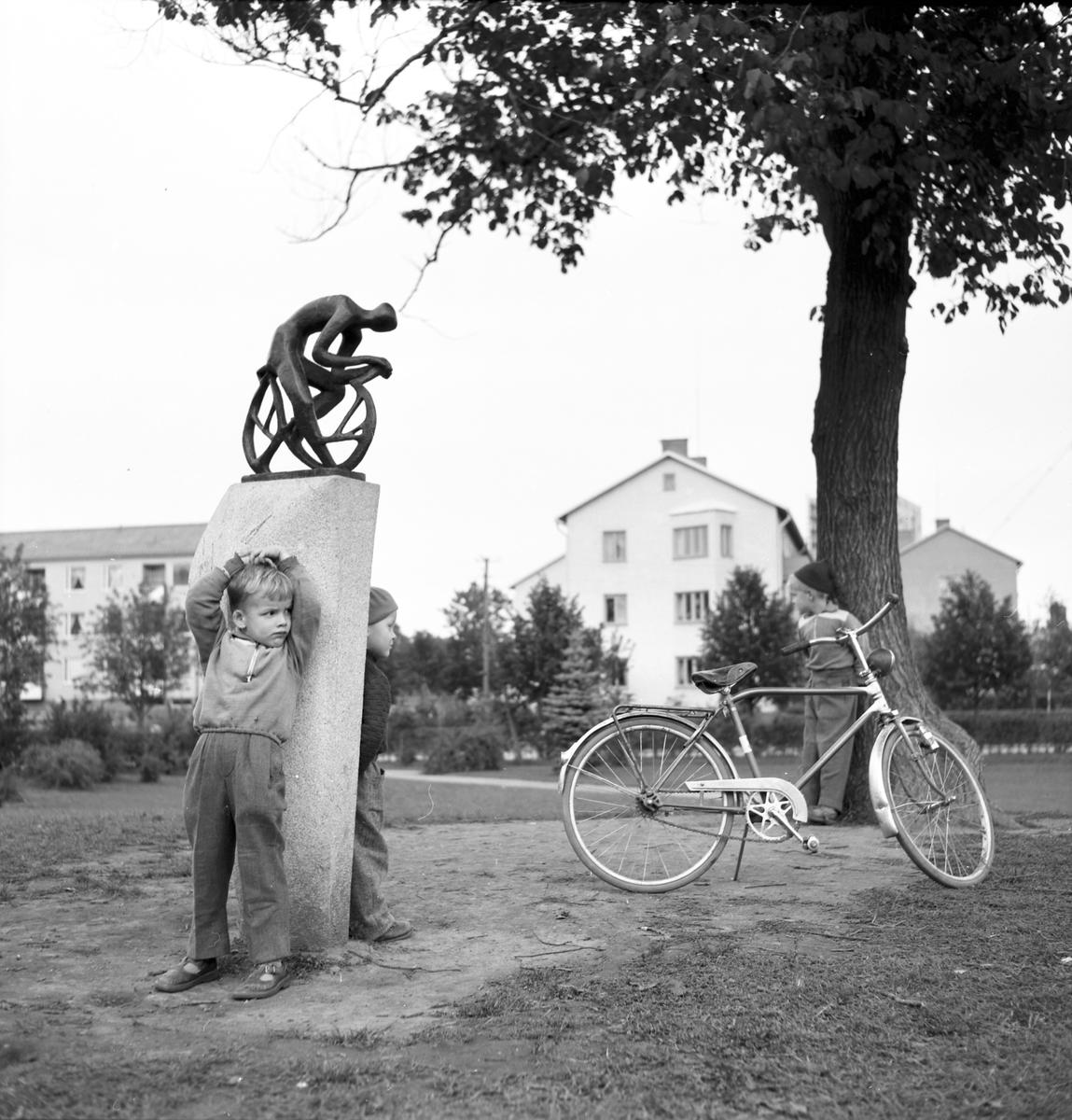 Den 11 februari 1957. Lekplats. Staty.