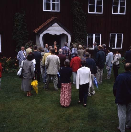 """Landshövdingar på besök, samlade på gårdstunet framför Kristofers """"tremastare"""", gammelbyggningen."""