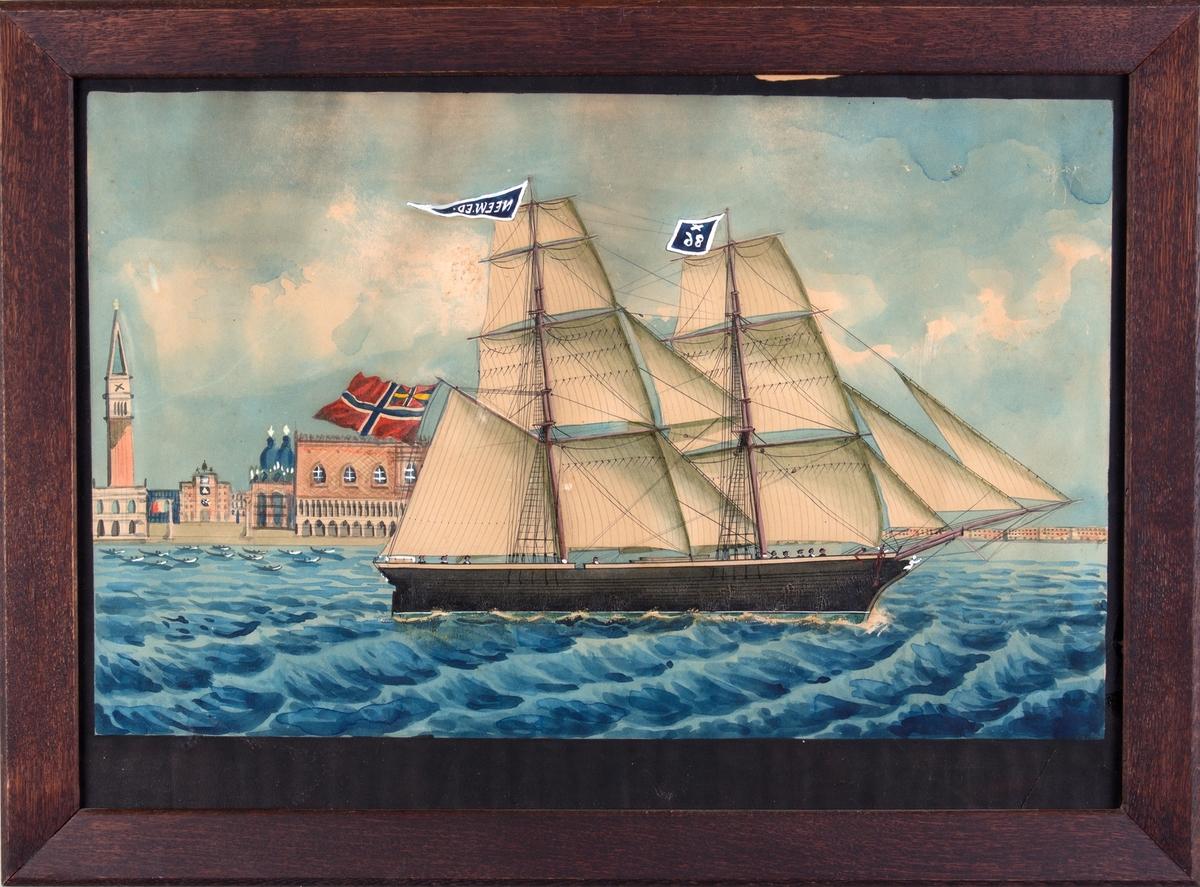 Skipsportrett av brigg NEW ED/NEEW ED for fulle seil og med St. Marcusplassen og Dogepalasset i Venezia i bakgrunnen.