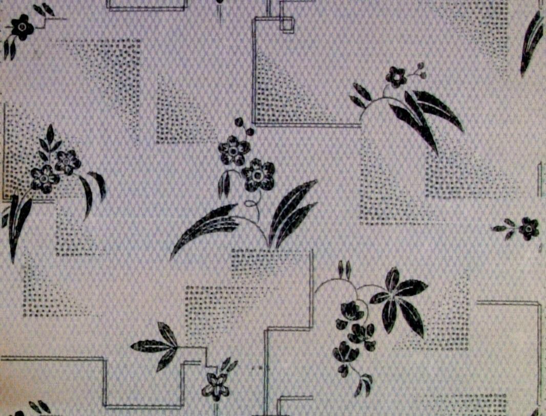 Strängt stiliserade blommor och geometriska ornament i diagonalupprepning över en textilimiterande bakgrund. Tryck i ljusblått och grått på ett ljusgrått genomfärgat papper.