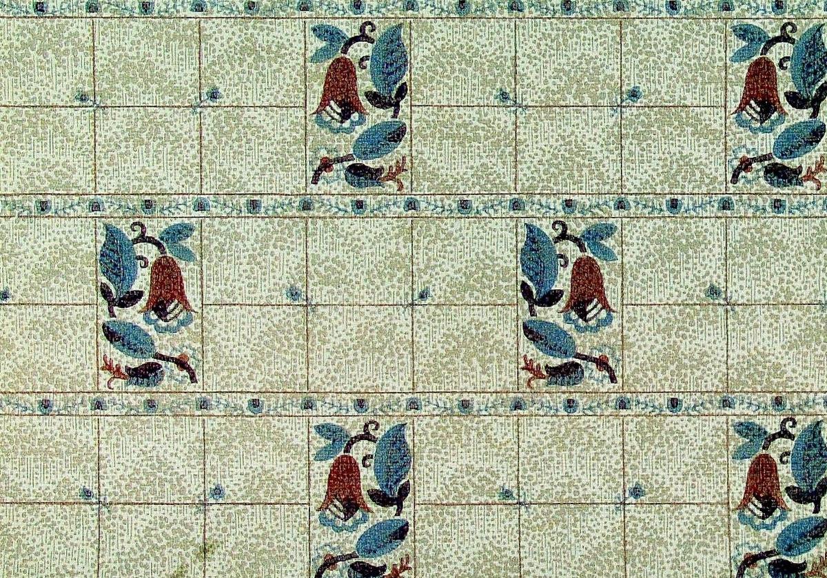 Ett rutmönster som delvis är dekorerat med strängt stiliserade blommor och blad. Bakgrunden är försedd med ett indifferent prickmönster. Ljusbeige genomfärgat papper med tryck i beige, ljusblått, vinrött och rostbrunt.    Tillägg historik: Tapet/bård från en 1700-talsgård som numera används som fritidsbostad.