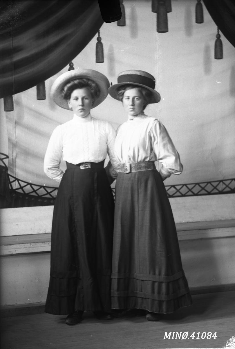 Portrett av to kvinner med flotte hatter - Sina Skomakerstuen (født 24.6.1894) og Marit P. Sveen (født 10.3.1895)