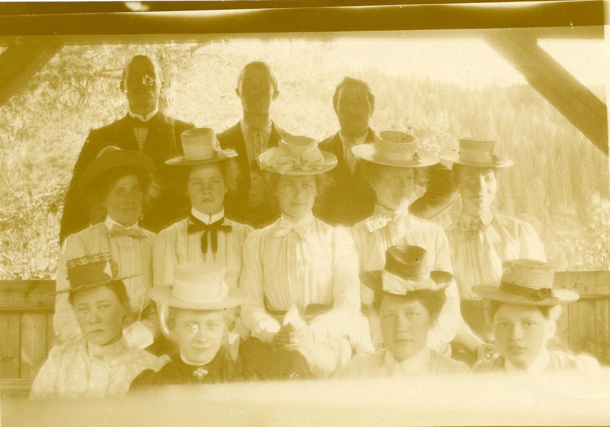 Noen av medlemmene i Begnadalen sanglag, Sør-Aurdal, 1909.