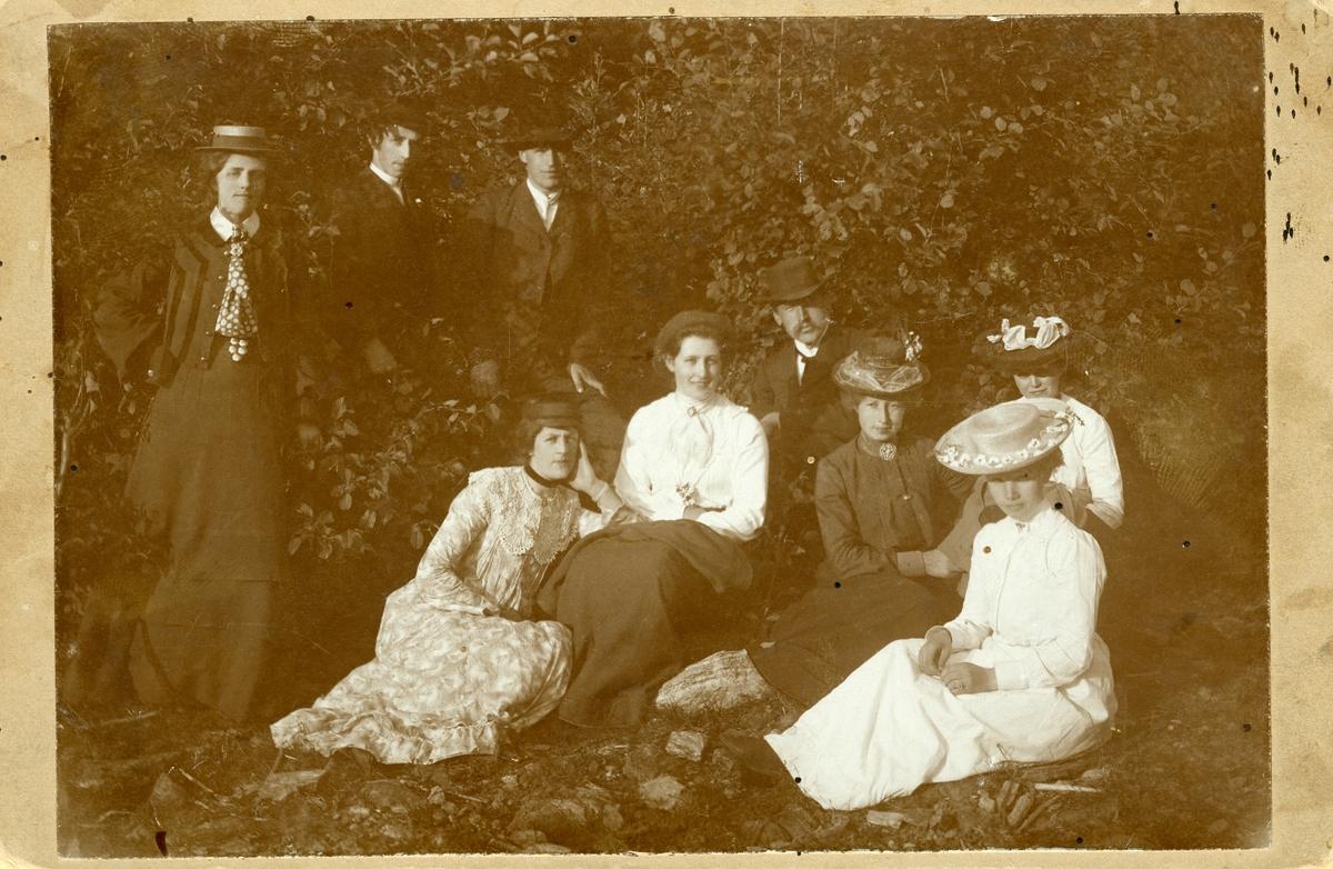 En gruppe unge kvinner og menn fotografert ute i naturen.