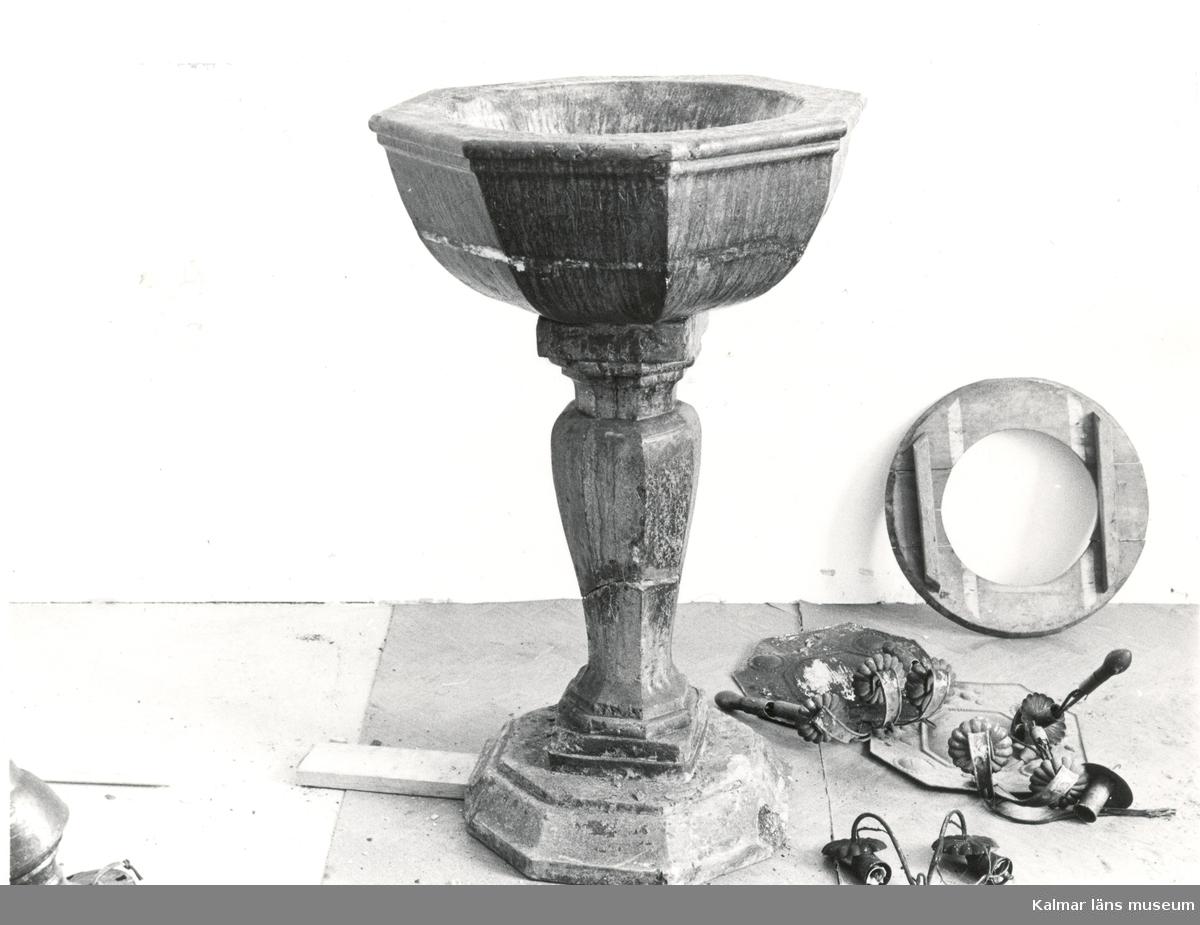 """Hälleberga kyrka brandskadad 1976-10-18 dopfunten inför restaureringen. """"Anno 1653""""."""
