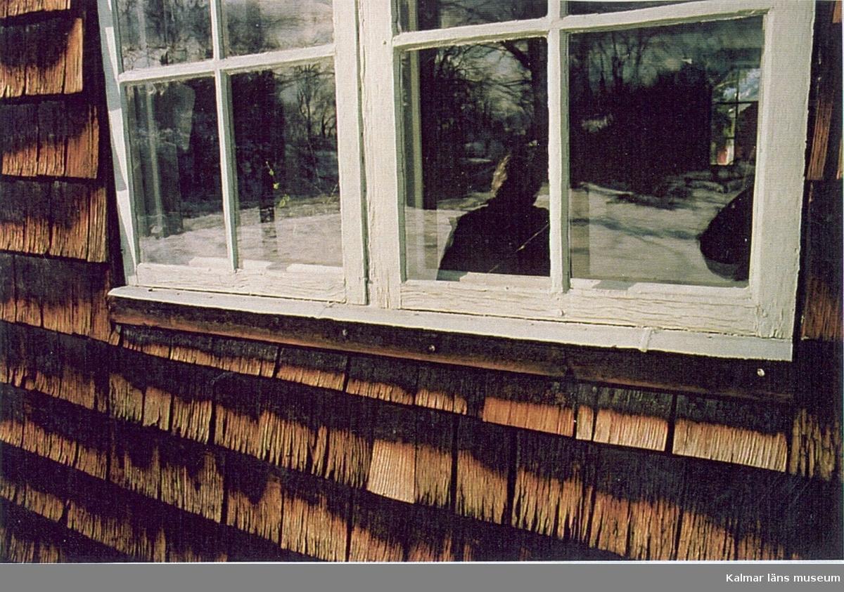 Detalj av ett fönster på Pelarne kyrka.