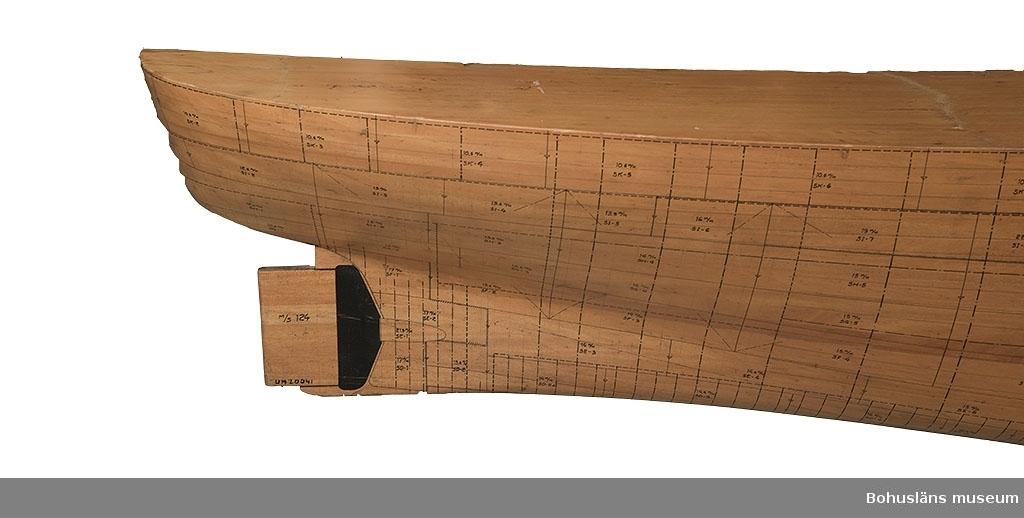 """Halvmodell i skala 1:50 för nybygge nr.124 M/T """"Astrid Elisabeth"""".  Modellen längd är 3,25 meter, fartygets längd 162, 4 meter. Skiktlimmad björklamell med utritade och numrerade fartygsplåtar."""