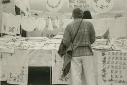 Algutsrums sommarmarknad 1996. Försäljning av textil.