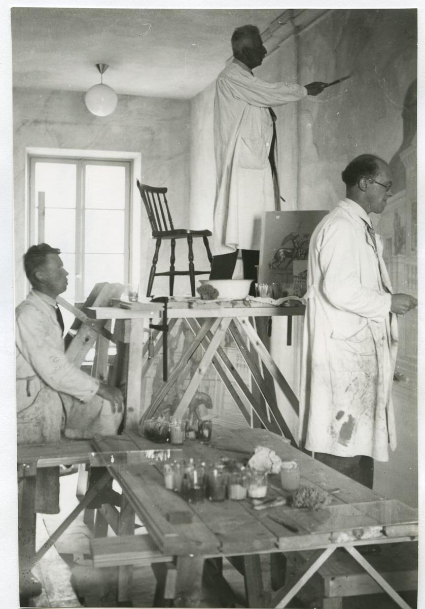 Prins Eugen dekorerar i Kalmar Nya Läroverk när det byggdes 1932-34. Stående till vänster målarmästare Erik Lönnergren, Kalmar.