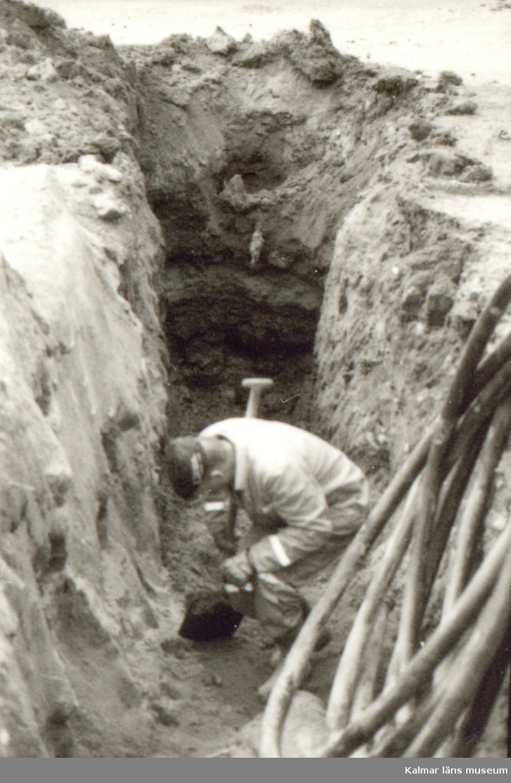 Småland, Kalmar län, Kalmar, Gamla stan, Kv Eken och Almen. Foto taget från öster. Profil 2. 19,8-10 meter. A2 stenläggning.  Profil 2 sträckte sig 19,8 meter i väst-östlig rikning.  Den sterila nivån bestod av lera. Kulturlagren fanns bevarade på ett djup av 0,9-1,0 meter under markytan och var som tjockast 1,6 meter.  Tre anläggningar lokaliserades en träläggning och två stenläggningar..