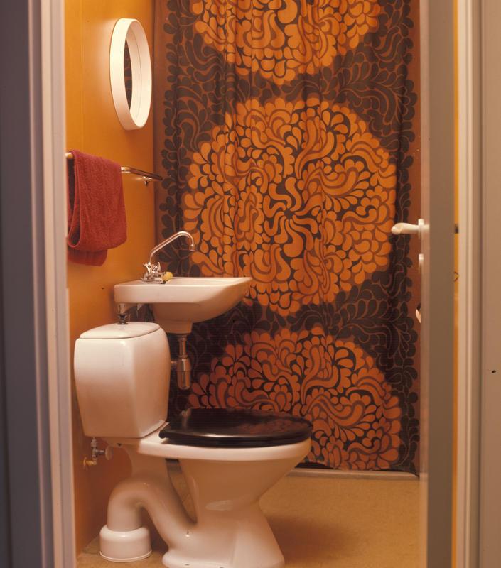 Lite baderom med fargerikt dusjforheng. 1973.