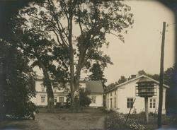 Knapegården.   Mangården med huvudbyggningen samt flygeln