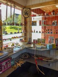 I et hjørne av butikken finnes mye til barn: trebiler, sverd, skjold, riddere og prinsesser, pil og bue, koppestell i porselen, trykkedyr, smykkeskrin mm. (Foto/Photo)