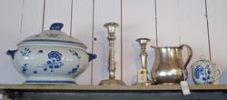 Suppeterrin ti hvitt porselen med blå blomsterdekoar, tinnlysestaker og kanne, tekopp med lokk i hvitt porselen med blå blomsterdekor.