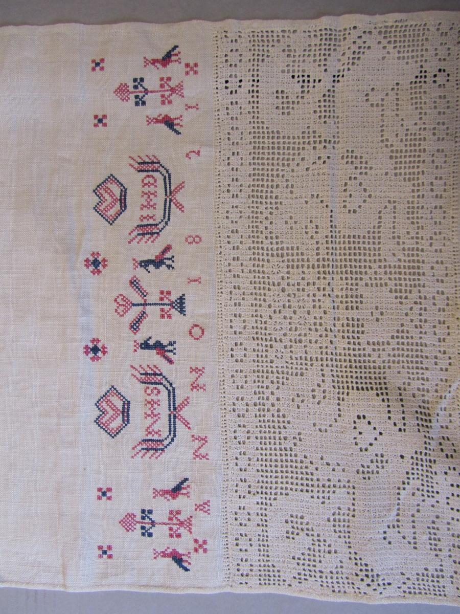 Kvitsaumboderi med påfuglar, løver og blomar. Korsstingsbroderi med påfuglar og blomar. Årstalet 1821 og bokstavane NHS og IHD brodert.