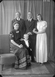 Gruppebilde. Familiegruppe på fem. Bestillt av Martin Gjelds