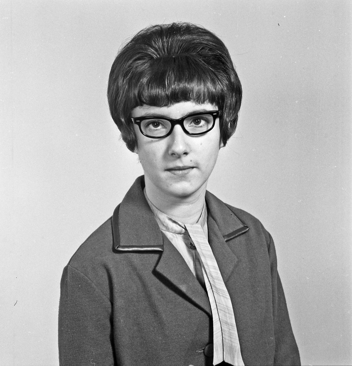 Portrett ung kvinne med briller - bestiller Randi Eikeland