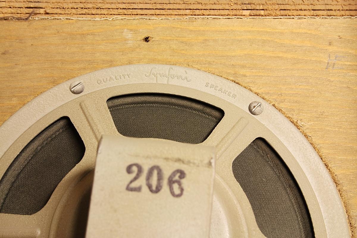 Trapesformet høyttaler til montering på vegg. Brukt på skole. Noe slitt i lakken, noe krakkelering.