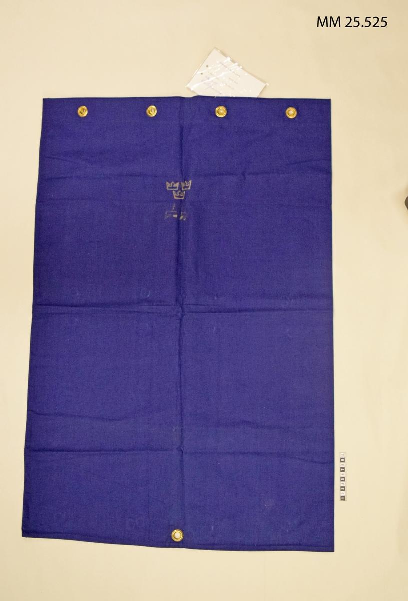 Mörkblå säck med mässingsöljetter vid öppningen. Vidhängd lapp ger information om fastställandet.