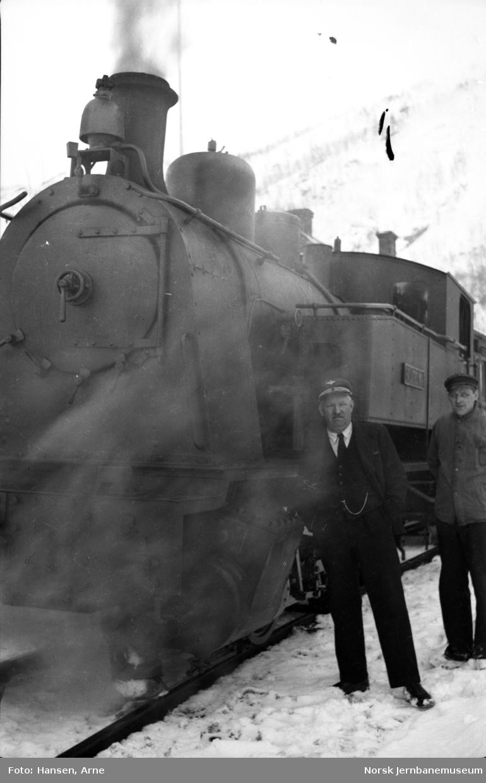 Lokomotivet SULITELMA med togpersonalet på Sjønstå stasjon