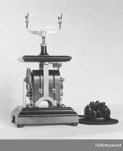 Telefon, magneto bordapparat i tre og stål, høy gaffel, mikrotelefon med propp, ny type for 1912, klokke 400 ohm. 27.11.12.Elektrisk Bureau.