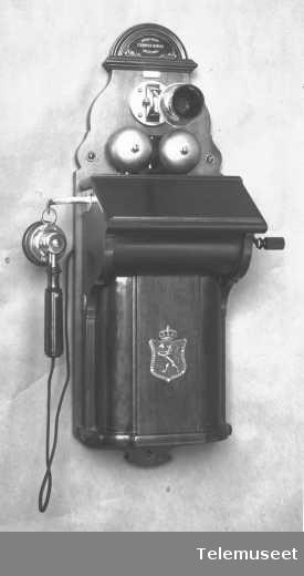 """Telefon, magneto veggapparat i tre, med fast bevegelig mikrofon """"krudthorn"""", klokke 400 ohm.20.3.14 Elektrisk Bureau."""