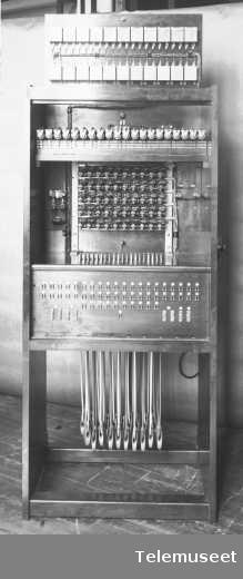 Telefonsentral, cb kabinettsnorveksler, 50 lj. baksiden. 27.4.15. Elektrisk Bureau.