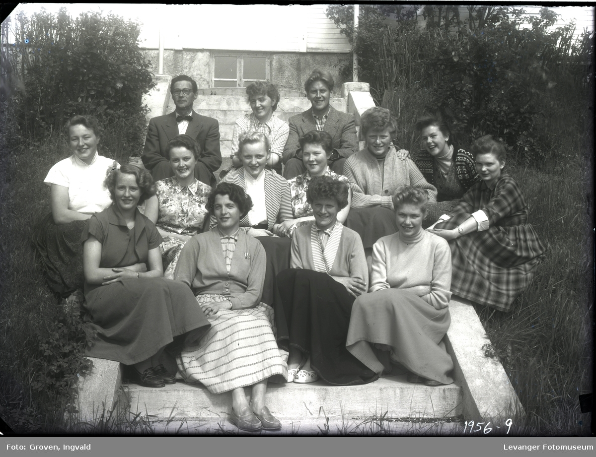 Gruppe ungdommer, kvinner, trolig med en lærer