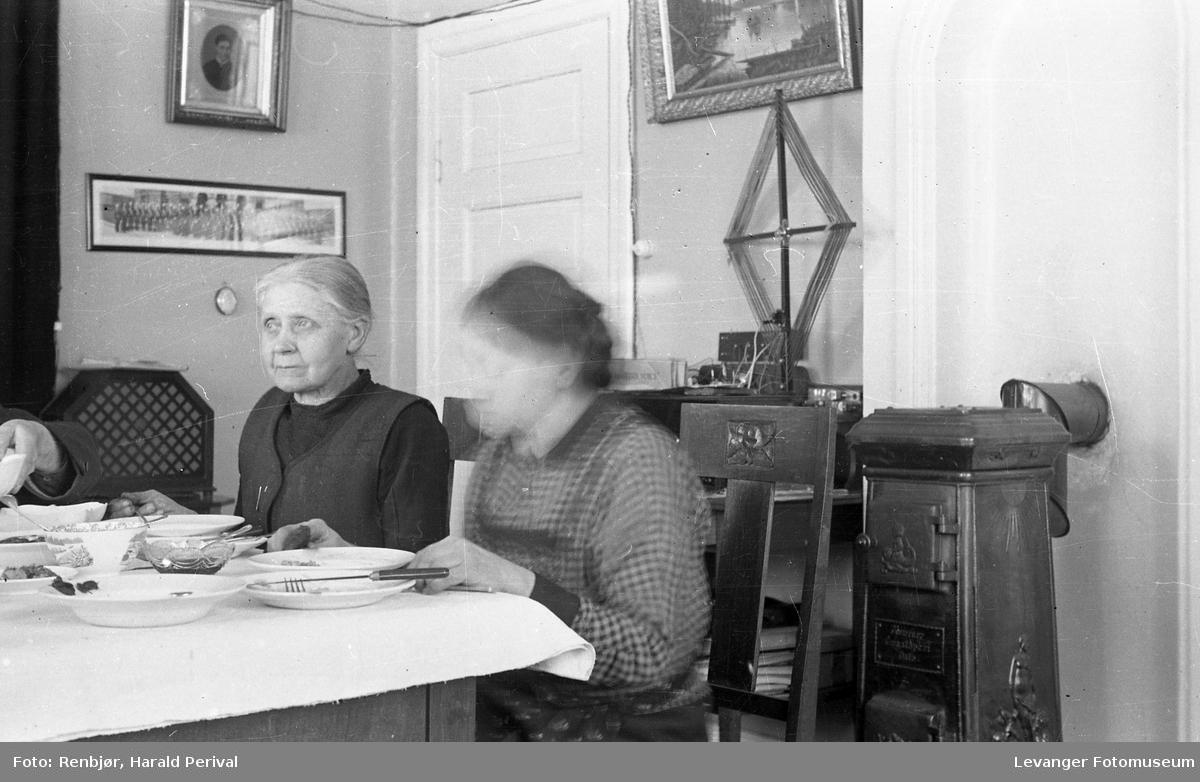 Helga Renbjør ved middagsbordet.